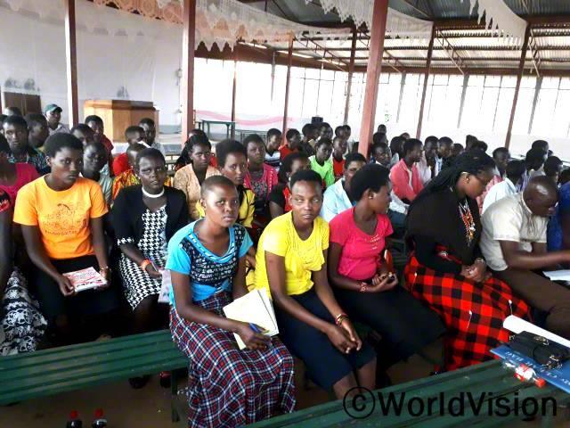 """""""우리 마을이 가진 문화적인 신념과 관행때문에, 아동 청소년 중 특히 여자 아이들은교육권 박탈, 임신, 조혼, 여성할례 등 여러 위험에 처해있어요."""