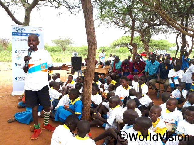 후원자님 덕분에 가족과 마을 주민들에게도 위생관리에 관해 알려줄 수 있는 기회가 생겼어요!손 씻기, 화장실 사용, 주변을 깨끗하게 하는 방법 등을 나누었는데, 좋은 변화들이 생기고 있어요. - 사이안카(11세)년 사진