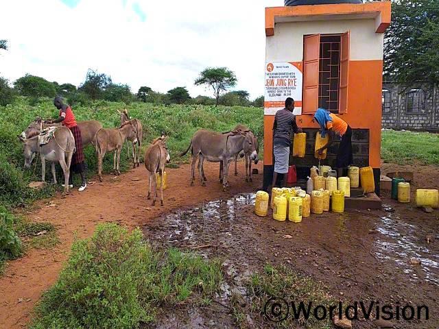 """""""후원자님 덕분에 마을에 수도시설이 생겨서 안전하고 깨끗한 물을 구할 수 있게 되었어요. 이제 아이들은 가정에서 뿐만 아니라 학교에서도 깨끗한 물을 쓸 수 있게 되었답니다."""" -키필라(27세)년 사진"""