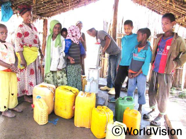 우물이 생겨서 기뻐요. 이제는 깨끗한 물을 얻을 수 있으며 우리는 수인성 질병으로부터 멀어졌어요. -알마즈(12세), 왼쪽에서 세번째 초록색 스카프년 사진