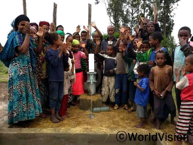 우리 지역주민들은 월드비전이 건설해준 우물을 통해 깨끗한 물을 얻을 수 있어서 기쁩니다. 이전에는 아동과 여성들이 물을 얻기 위해 먼 길을 떠나야 했고 여자아동들은 이러한 이유로 종종 결석해야만 했습니다. 하지만 이들은 이제 보호를 받게 되었습니다. -케년 사진
