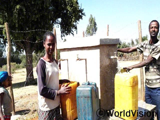 월드비전이 마을에 우물을 만들어 준 덕분에 저와 제 친구들은 물을 구하기 위해 멀리 떠나는 대신 그 시간에 공부를 할 수 있어요. -게레도(14세)년 사진