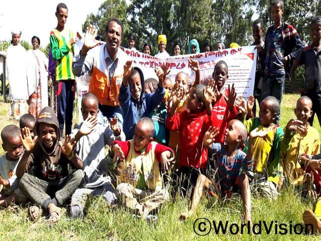 에티오피아 에네모레나 에너 지역개발 사업장 팀장인 에드루 배드우 씨가 아동들과 함께 있는 모습입니다.년 사진