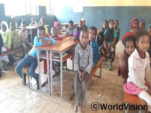 """""""전에는 더럽고 먼지 나는 교실에서 수업을 들어야 해서 학교 가기가 싫었는데 후원자님 덕분에 깨끗한 교실이 생겨서 이제는 학교 가는 게 즐거워요!"""" –셀람(11세)년 사진"""