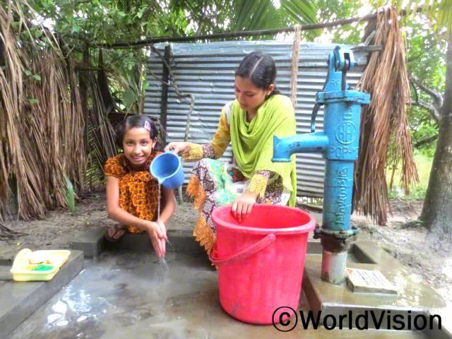 푸바달라지역에 관우물이 생겼습니다. 그곳에서 아동과 그의 가족들이 위생에 대해 배우는 시간을 보냈습니다. 안전한 물을 사용한 손씻기 훈련도 진행했습니다.년 사진