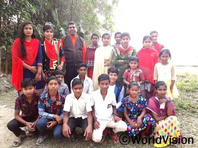 방글라데시 푸바달라 지역개발사업장 팀장 론존 씨와 지역사회 아동들의 모습입니다.년 사진