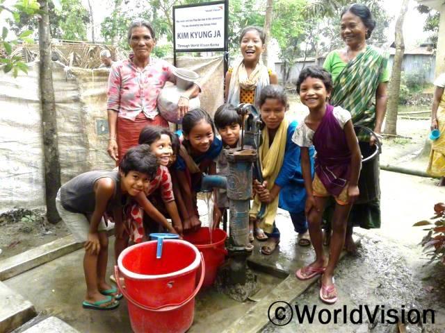 주민들은 월드비전에서 지원해 준 우물 덕분에 깨끗한 물을 쓸 수 있게 되어 기쁩니다. 우물을 이용해서 이제 손쉽게 깨끗한 물을 길을 수 있게 되었습니다.년 사진