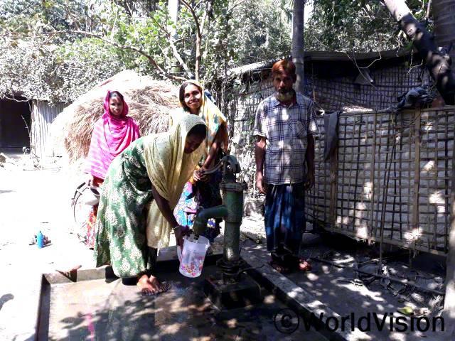 월드비전에서 마을에 수도를 설치해주었습니다. 자하나라(모)와 마을 주민들은 이제 안심하고 물을 마실 수 있어 기쁩니다.년 사진