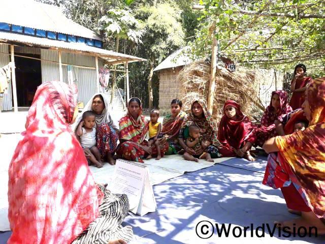 자원봉사자는 마을 엄마들을 대상으로 아이들에게 영양가 있는 음식을 먹이는 게 얼마나 중요한지 설명합니다.년 사진