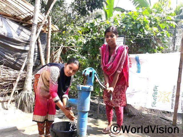 월드비전에서 마을에 수도 시설을 설치해주었습니다. 그  덕분에 타스민(후원아동)과 마을 주민들은 물을 쉽게 길을 수 있게 되었습니다.년 사진