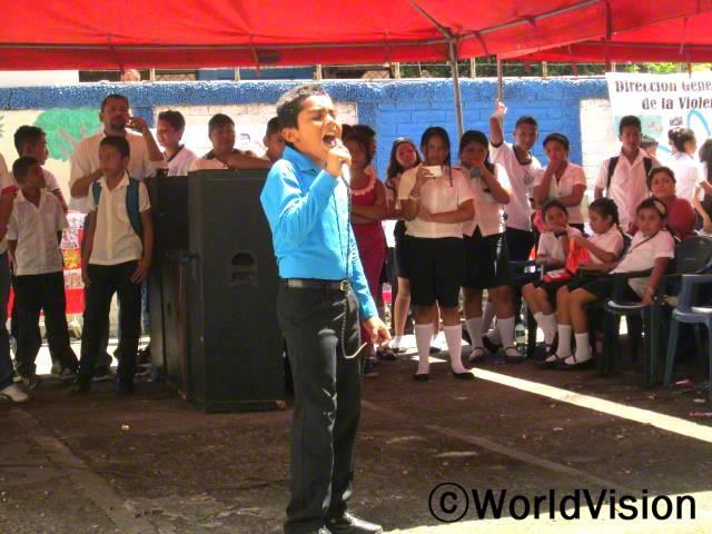 월드비전의 다양한 워크샵을 통해 저는 저는 제가 노래를 잘한다는 것을 알게되었고 노래경연대회에도 참가할 수 있었어요. 저는 커서 가수가 될거에요. -페드로(12세)년 사진