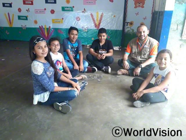엘살바도르 솔리다리다드 지역개발사업장 팀장 에르네스토 호세 안드래드씨와 지역사회 아동들의 모습입니다년 사진