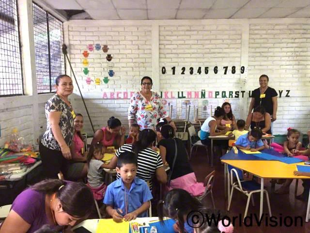 학생들이 폭력예방, 갈등해소, 의사소통 기술과 같이 다양한 수업을 들어요. 이런 수업들은 선생님으로서 아동들이 가정에서 잘 자랄 수 있도록 돕게해줘요. -산드라(선생님, 가운데)년 사진
