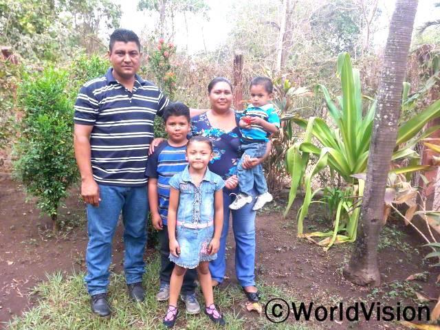 엘리자베스(아들 안고 있는 엄마)가 아이들에게 관심을 갖는 부모의 중요성에 대해 배우게 되어 감사해요.년 사진