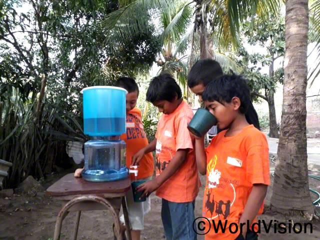 저희 학교는 필터를 사용하기 전까지는 마실 수 있는 안전한 물이 없었어요. 이제 저희는 안전한 물을 마시고 아프지 않아요. -시자(9세, 물을 마시고 있는 아동)년 사진