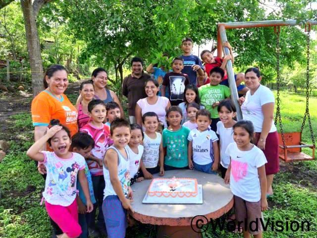 """""""처음으로 마을 친구들과 함께 생일 파티를 했어요. 너무 좋고, 재미있었어요. 모두가 제 생일을 축하해주었답니다!"""" - 다나(6세, 분홍 바지를 입은 아이)년 사진"""