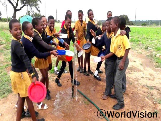 저희 꿈이 이뤄졌어요. 이제 수도관이 학교로 연결돼서 깨끗하고 안전한 물을 마시게 됐어요. 물을 길으러 더 이상 다니지 않아도 돼서 정말 행복해요. 공부하는 데 더 많은 시간과 집중을 쏟을 수 있게 돼서 정말 기뻐요. -텐흘(9세)년 사진