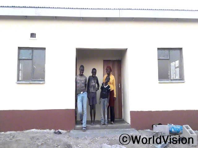 마자하(17세, 맨 왼쪽 회색 티셔츠를 입고 있는 아동)와 가족들은 안전한 집을 지원 받게 되어 감사합니다.년 사진