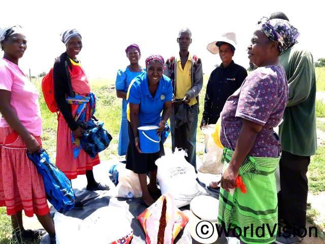 주민들은 마을을 강타한 가뭄에 대응하여 식량을 공급받고 있습니다.년 사진
