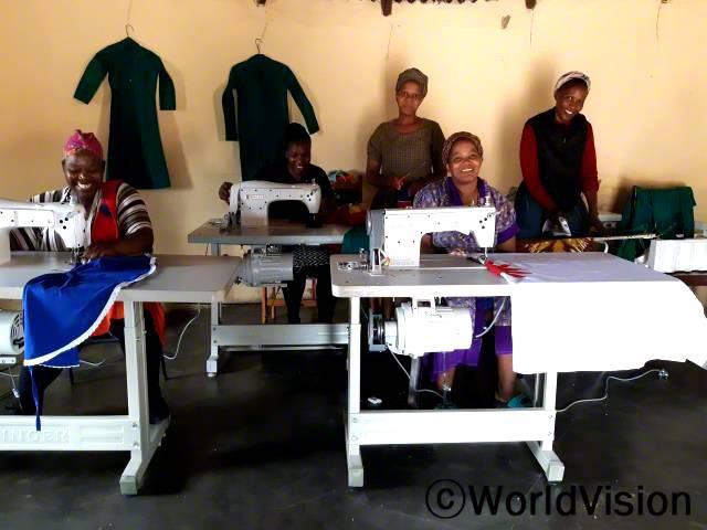 봉제 동아리 회원들이 열심히 일하고 있습니다. 월드비전의 지원으로교육 받은 회원들은 옷을 직접 봉제하고, 마을에 팔아서 수입을 법니다.년 사진