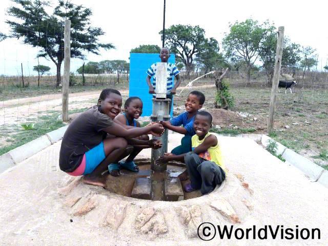 """""""전에는 물을 길으러 먼 길을 걸어가야 했는데 그 물은 동물도 사용하고 있어서 정말 더러웠어요. 하지만 월드비전이 마을에 수도시설을 설치해준 덕분에 깨끗한 물을 마셔 더 이상 아프지 않고 잘 지내고 있답니다."""" –시세켈로(12세)년 사진"""