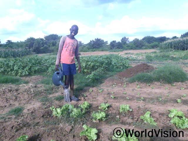 """""""전에는 마을에 물이 부족해서 농사를 짓기가 어려웠는데 이제는 마을에 수도시설이 생겨서 매일 텃밭에 깨끗한 물을 줄 수 있게 되었어요. 정말 고맙습니다."""" -나덴헬 흐로페(14세)년 사진"""