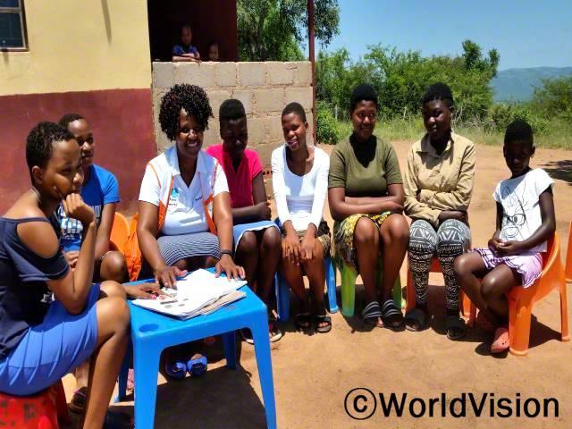 스와질랜드 음키웨니 지역개발사업장 팀장인 은그웨냐 페이스와 함께 있는 아동들입니다.년 사진