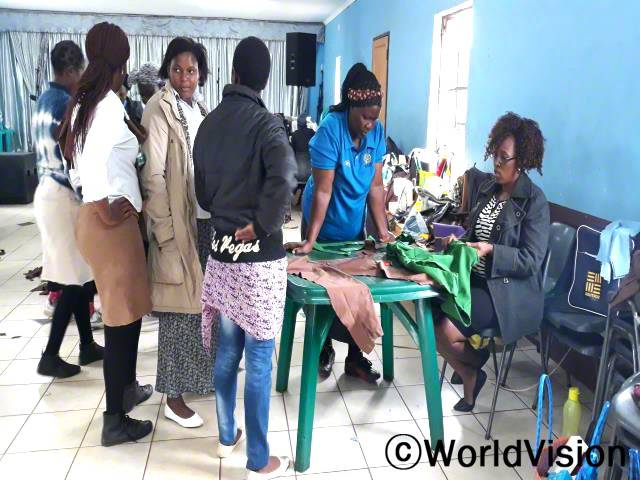 마을 여성들이 수선 교육을 듣고 있는 모습입니다. 교육에서 옷을 디자인하는 법을 배워 자신들의 사업을 열고 돈을 벌어 가계에 보탭니다.년 사진