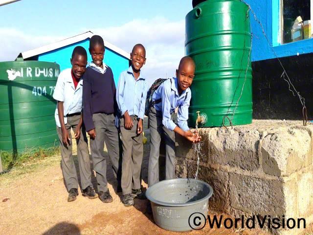 학교에 수도 시설이 설치되어, 학생들이 깨끗한 물로 손을 씻으며 위생습관을 기르고 있습니다.지금은 질병에 걸려 학교에 빠지는 학생이 거의 없습니다.년 사진