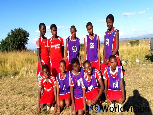 아이들이 아동보호 실천과 결합한 스포츠 활동에 참여합니다.재미있는 시간을 보내면서, 동시에 아동보호 문제도 함께 다룹니다.년 사진