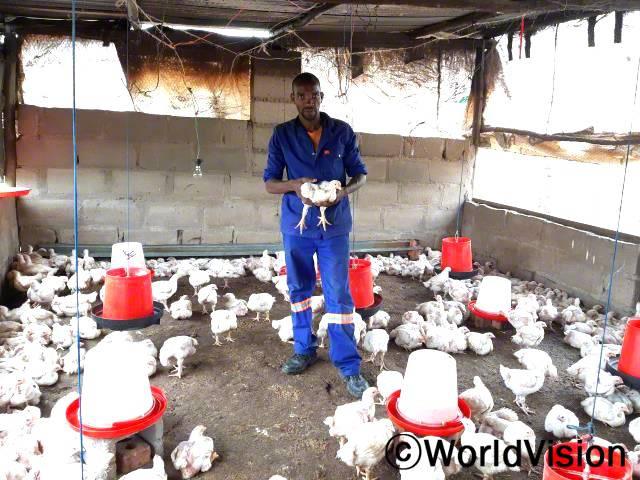 """""""월드비전의 도움으로 닭 사료와 양계장 건축자재를 지원받고 전반적인 사업 운영 방법에 대해 배울 수 있었어요. 최근에는 저희 이름으로 사업자 등록도 했답니다."""" –음부소(27세)년 사진"""