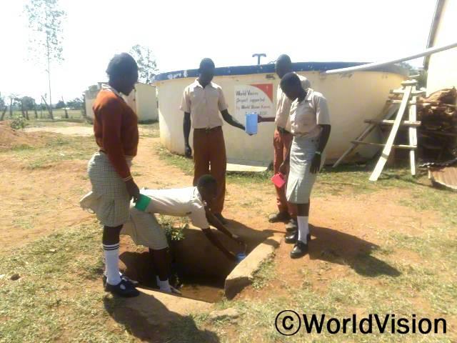 우리는 물을 길러오기 위해 학교를 빠져야했어요. 하지만 이제는 학교에 깨끗한 물이 있고 수인성 질병 또한 감소했어요. -아그네타(17세)년 사진