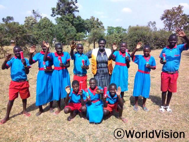케냐 앙구라이 지역개발사업장 팀장 플로렌스 코리르 씨와 지역사회 아동들의 모습입니다.년 사진