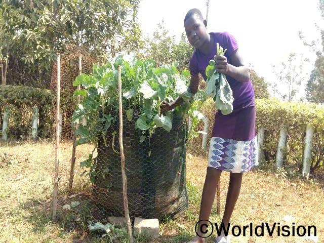 우리 가족이 채소 재배하는 법을 배울 수 있도록 도와주신 후원자님들께 감사해요. 우리 가족은 이제 텃밭에서 키운 신선한 채소를 먹게 되었어요. -제인(13세)년 사진