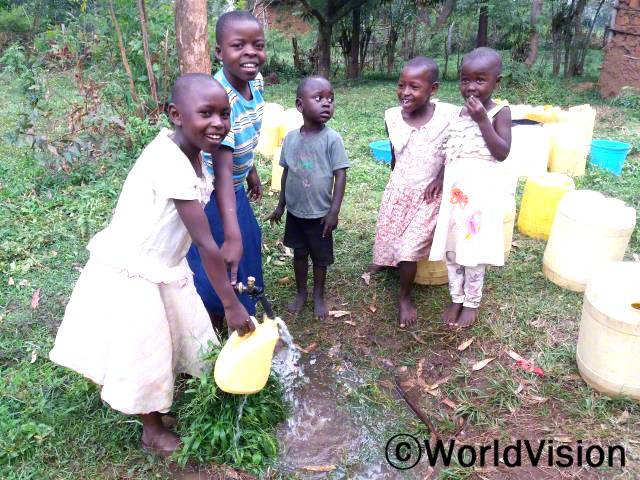 이제 마을에서 물을 쉽게 구할 수 있어서, 먼 곳까지 물을 길으러 가지 않아도 되고요, 학교 수업을 복습할 시간도 충분해요.물을 길으려면 줄을 서야하기 때문에, 부모님은 매일 아침 일찍 일어나서 물을 길으러 가신답니다. - 마우린(12세)년 사진