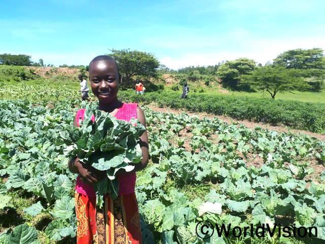 """""""후원자님 덕분에 삼촌과 친구 분은 이제 비가 오지 않는 때에도 채소를 재배할 수 있어요.생산한 채소는 집에서 먹기도 하고, 또 팔아서 동생과 제 학비도 내요. 후원자님께 정말 감사드려요."""