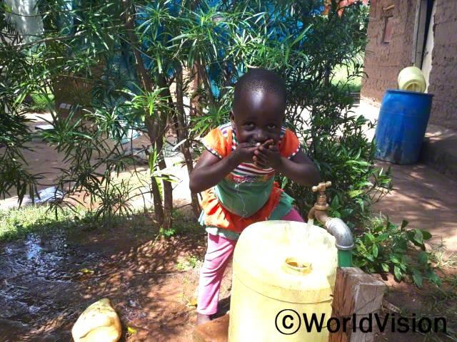 """""""후원자님 덕분에 깨끗한 물을 마실 수 있게 되었어요. 저는 매일 엄마와 함께 물을 길으러 가요."""" -아비엘(6세)년 사진"""