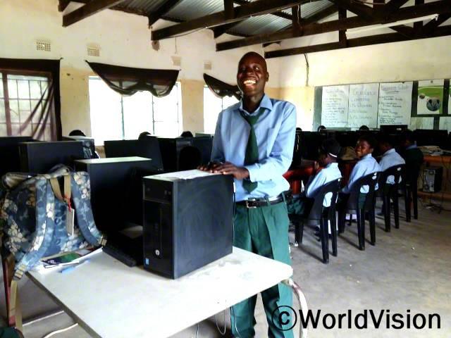 후원자님과 월드비전 덕분에 저희는 컴퓨터를 사용할 수 있게 되었어요. 저는 이제 타자를 칠 수 있고 문서를 저장하고 컴퓨터를 꺼요. -츄웨(16)년 사진