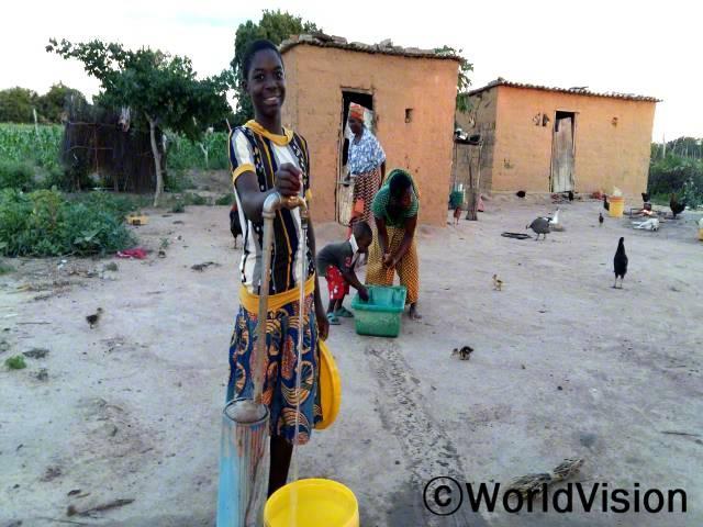 저는 깨끗한 물을 얻기 위해 장거리를 걸어다녀야만 했어요. 이제는 집에서 안전한 식수를 얻을 수 있기 때문에 학교에 늦지도 않고 저희 아빠는 야채밭을 가꿀 수 있게 되었어요. -마우린(13세)년 사진