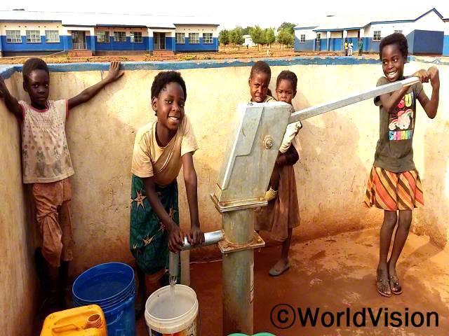 저는 저희 집과 학교 근처에 물이 있어서 너무 감사해요. 저는 이 곳으로 물을 뜨러 오고, 학교에 가기 전에 씻을 수 있어서 이제는 수업에 절대 늦지 않아요. -뷰티(11)년 사진