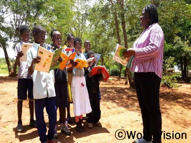 모잠비크 은다울라 지역개발사업장 팀장 머시 펠릭스 차리제라 씨와 지역사회 아동들의 모습입니다.년 사진