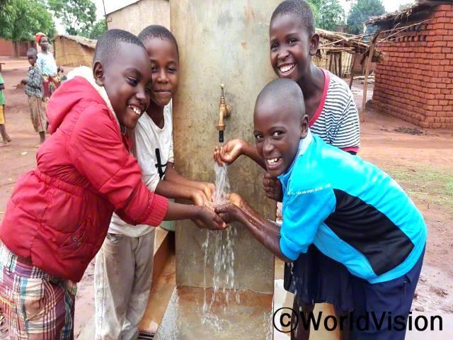 우물에서 물을 긷기 위해 먼 거리를 걸어다녔어요. 지금은 집 근처에서 깨끗한 물을 사용할 수 있어요. 숙제할 수 있는 시간이 많아져서 너무 행복해요. -안셀모(12세, 파랑색 티셔츠를 입은 아동)년 사진
