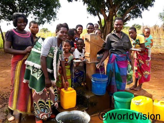 마을에 물이 부족해서, 물을 구하려면 먼 거리를 걸어가야 했어요. 아이들은 늘 수질이 나쁜 식수를 마실 수밖에 없었죠.그런데 후원자님 덕분에 마을에 수도가 설치되어, 이제는 모두가 깨끗한 식수를 마실 수 있어요. - 조세파년 사진