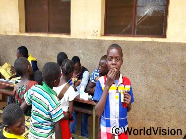학교에서 회충없애기 캠페인이 열렸어요. 회충을 없애면 영양소를 더 잘 흡수시킬 수 있고, 영양실조와 질병을 예방하는 걸 도와줘요. - 세즈(13세)년 사진
