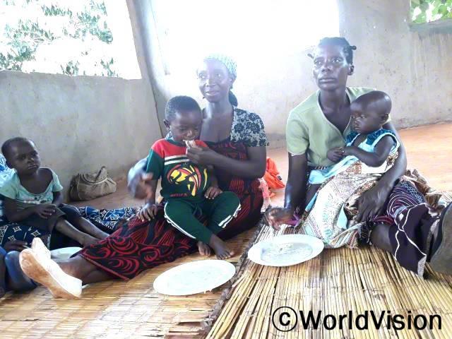 """""""마을 어머니들을 대상으로 영양가 있는 식사를 만드는 법을 교육했어요. 덕분에 영양상태가 개선되고, 영양실조를 예방해 아이들이 건강하게 자라고 있어요."""" -테레사(주민)년 사진"""