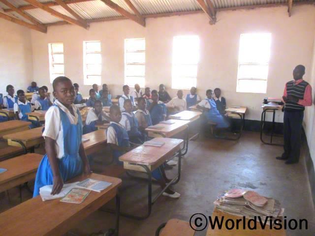 이렇게 교실에서 수업을 듣게 되니깐 너무 좋고 편해요. 덕분에 수업도 더 집중해서 듣고 공부도 더 잘한답니다. 유니스(13세, 7학년)년 사진