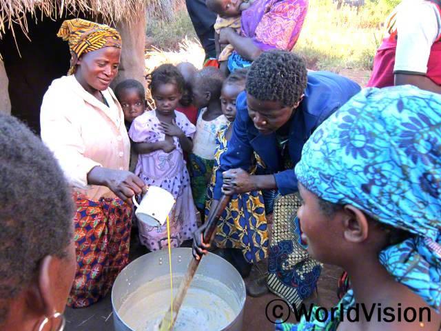 교육을 받고 나서부터는 영양가 풍부한 음식을 만드는 게 쉬워졌어요. 영양실조였던 아이들의 몸무게가 늘었어요. -소필레티(엄마, 왼쪽)년 사진