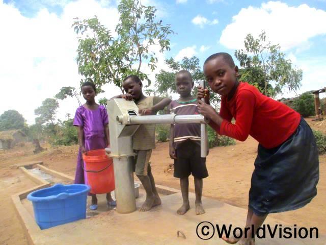 마을 내에서 깨끗하고 안전한 물을 길을 수 있게 됐어요. 예전에는 설사에 걸리는 경우가 자주 있었어요. 이제 깨끗한 물을 길으러 얼마 걷지 않아도 돼요. -알리네이프(9세, 물을 긷고 있는 아동). 월드비전이 올 해 지역사회에 우물 5개를 지었습니다.년 사진