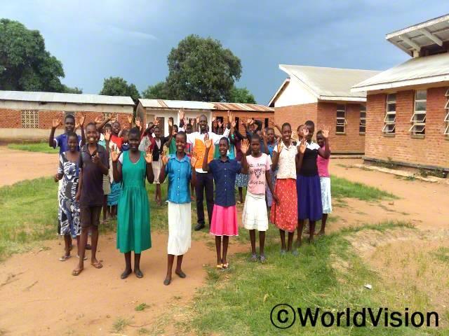 말라위 카상가지 지역개발사업장 팀장 로버트 미트모니 씨와 지역사회 아동들의 모습입니다.년 사진