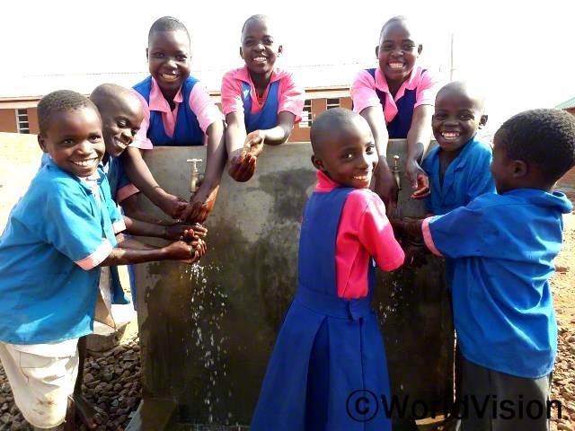 이제 학교에서 마실 물을 길으러 멀리까지 다니지 않아도 돼요. 린다(12세, 6학년)가 말했습니다.